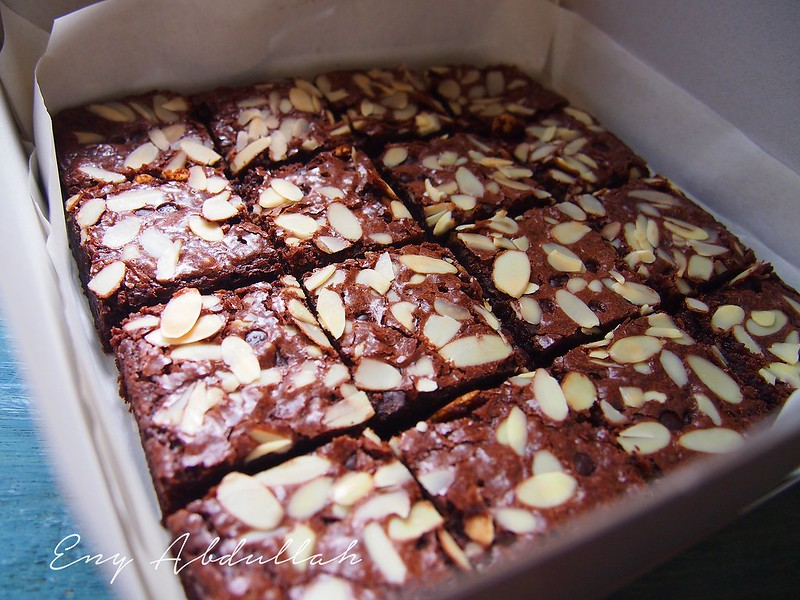 Rich Chocolate Brownies With Almond And Chocolate Chips RM 30 Sekotak