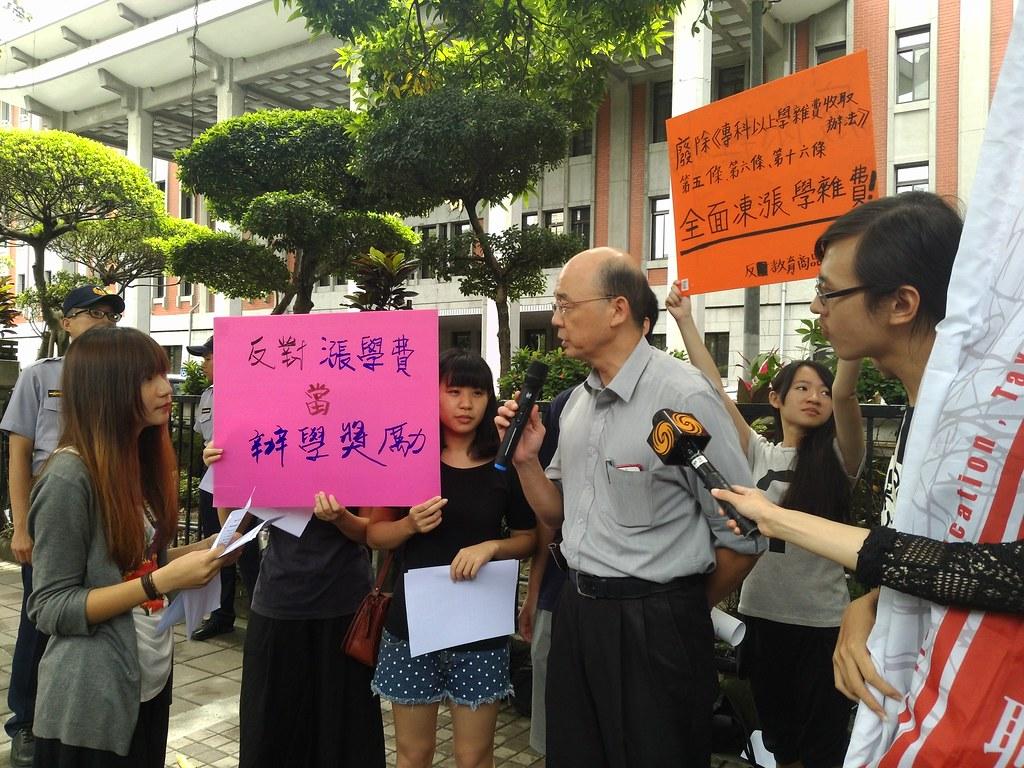 學生今天(6/30)赴教育部抗議,拿標語表示「反對漲學費當辦學獎勵」。(攝影:高若想)