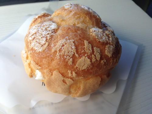 hokkaido-michinoeki-churui-bakery-paopao-whiteness-lily-bulb-cream-puff02