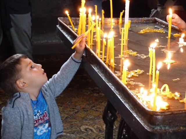 Niño cogiendo velas en la catedral de Echmiadzín (Armenia)