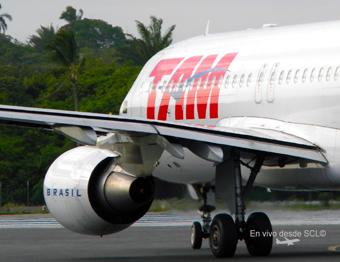 TAM A320 motor ingreso a pista (E.Moura)