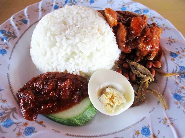 Lontong Cafe nasi lemak ayam merah