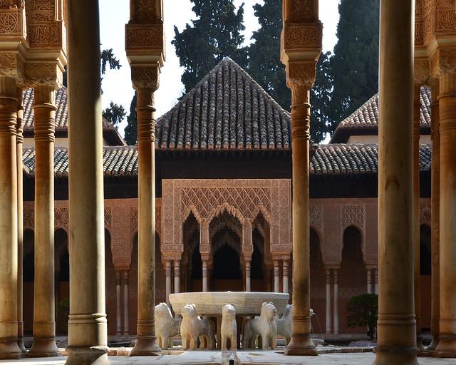 El Patio de los leones de la Alhambra, un tesoro y uno de los lugares más importantes que ver en Granada