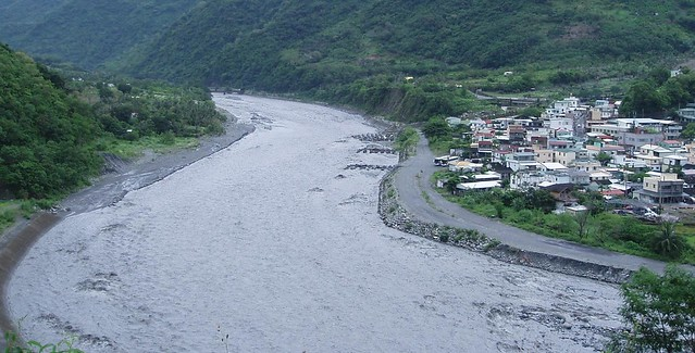 八八前太麻里溪旁僅有簡單護岸。圖片來源:陳采邑。