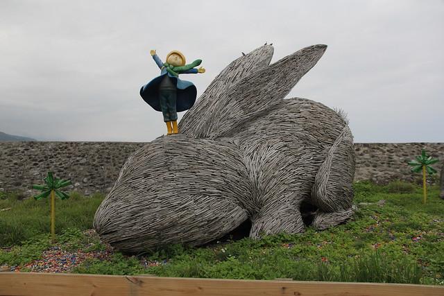 由幾米品牌團隊與部落人力聯合打造出的大型毛毛兔木雕裝置藝術,立於比西里岸堤防邊,是遊客最愛的拍照地點。攝影:黃郁芳