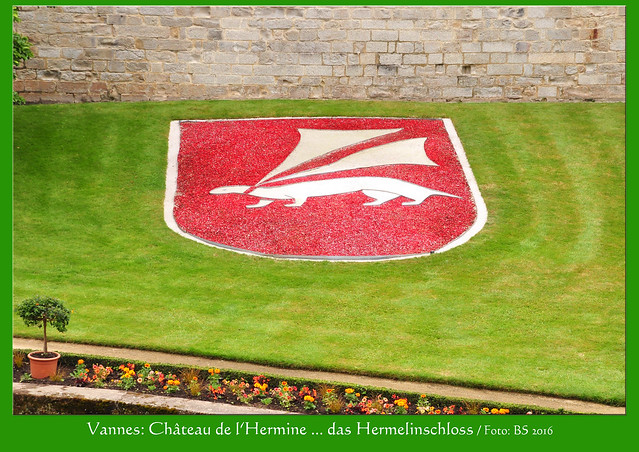 """Bretagne-Urlaub 2016. Hermeline begegnen einem auf Schritt und Tritt. Einst zierte das kleine Säugetier das Wappen der Herzöge von Montfort, nach und nach wurde es zum Symboltier für die gesamte Bretagne. Viele Städte haben es in ihrem Stadtwappen (z. B. Sarzeau), mittlerweile erscheint es auch im Logo vieler bretonischer Erzeugnisse. Hier in Vannes findet man sogar das """"Hermelinschloss"""", das Herzog Jean IV. im 14. Jahrhundert erbauen ließ. Er gab dem Bauwerk den Namen seines Wappentieres: Château de l'Hermine. - Foto: Brigitte Stolle 2016"""