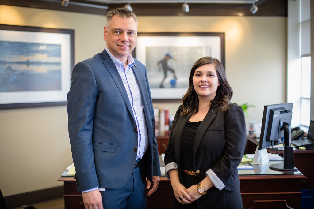 La nouvelle responsable des services d'accueil, Sonia Gagnon, en compagnie du maire André Bellavance