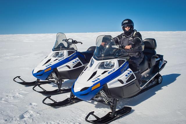 Sele en moto de nieve en Islandia