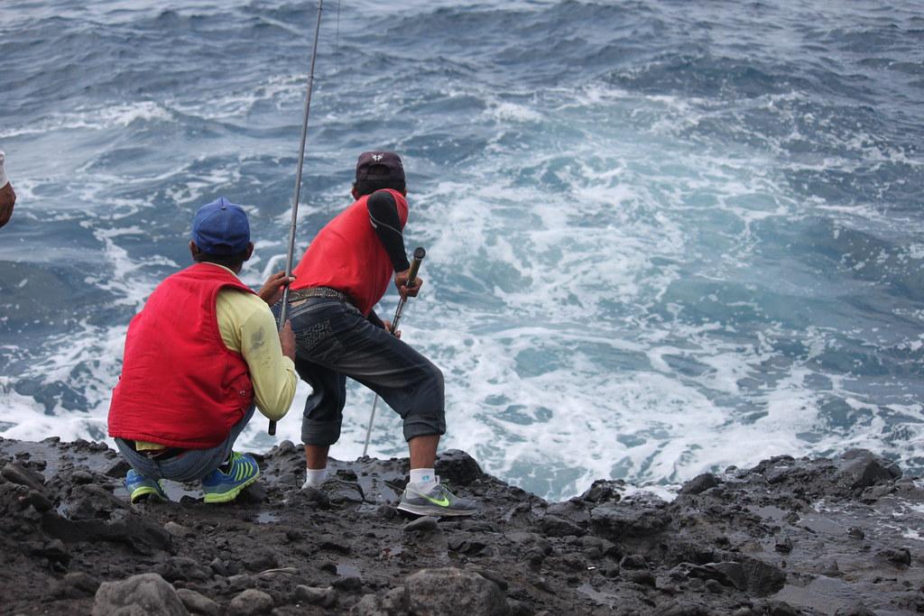 在海邊釣魚的大叔們