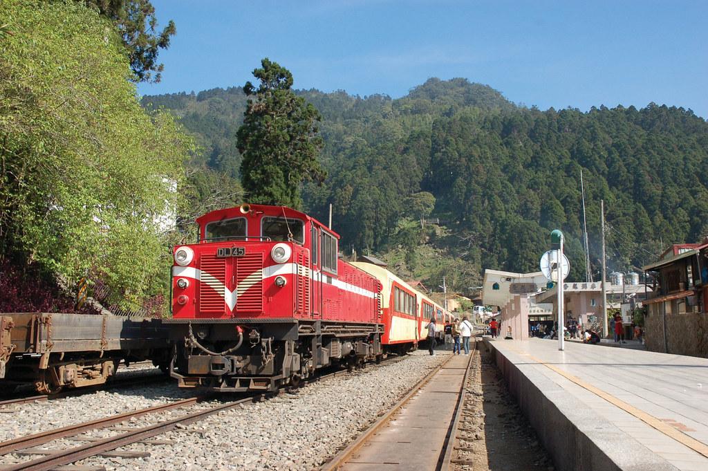 阿里山森鐵-柴油機車停靠奮起湖站。照片來源:林務局