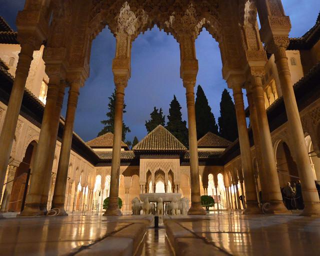 Patio de los leones de la Alhambra iluminado en la noche