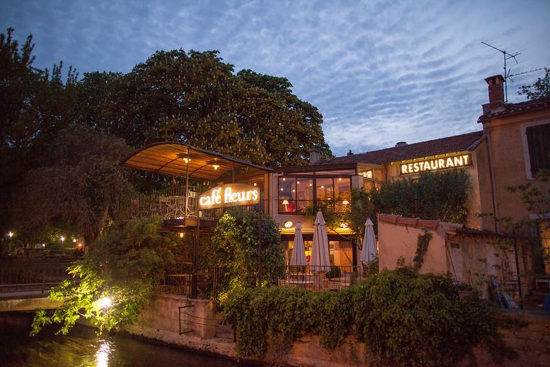 沿河有許多餐廳