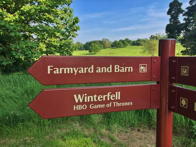 Cartel señalando Invernalia (Winterfell) de Juego de Tronos en Castle Ward (Irlanda del Norte)