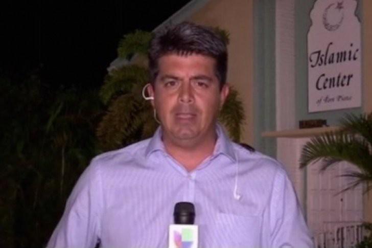 Mientras este reportero transmite en vivo, una cucaracha camina por su cuerpo (Video)