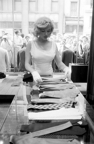Marilyn shopping in Manhattan,NYC 1957 // Ph. Sam Shaw