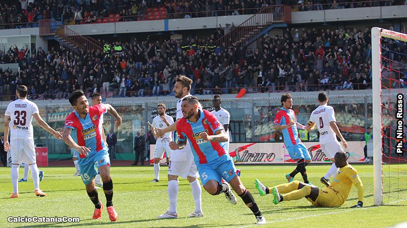 L'esultanza di Raffaele Schiavi dopo il gol al Trapani