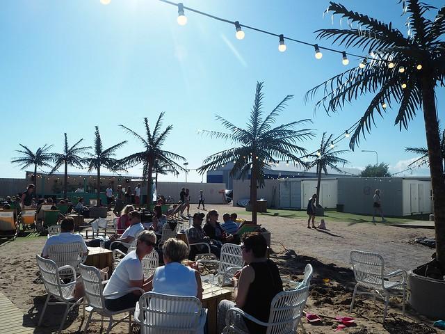 hernesaarenrantaP8070668,hernesaarenrantaP8140896, hernesaari, hernesaarenranta, kokemukset, arvio, kesä, summer, finland, helsinki, miten päästä, visit helsinki, visit finland, helsinki tips, kesäpäivä, hot summer days, helsinki riviera, palmut, palm trees, sand, hiekka, meri, sea, rantatuolit, sunbathing chairs, food and drinks, terassi, terace,