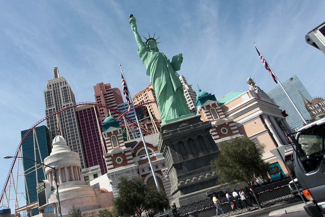 Las vegas statue of liberty the statue of liberty in las for Garden statues las vegas nv