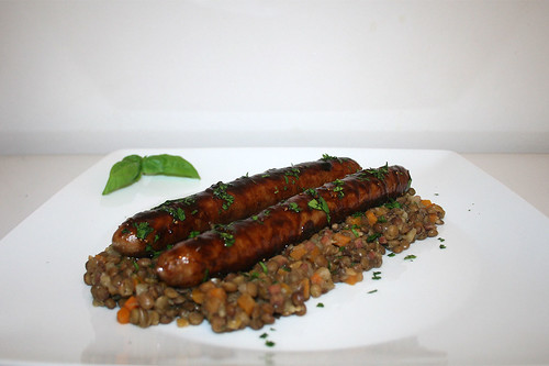 52 - Fried sausage coated with fig balsamic vinegar on lentils / Bratwurst mit Feigen-Balsamico-Glasur auf Linsengemüse  - Seitenansicht 2