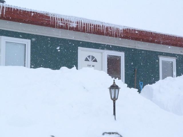 Casa tapada por la nieve en el norte de Islandia