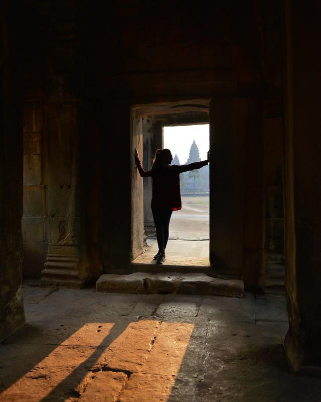 Viendo amanecer en el interior de uno de los templos de Angkor Wat