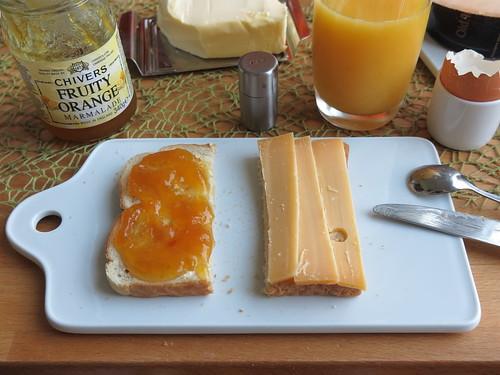 Old Amsterdam Käse und Orangenmarmelade auf Toastbrot