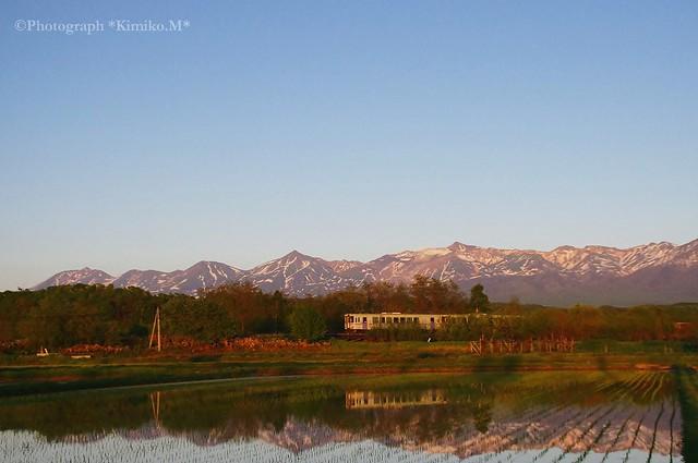 十勝岳連峰背景の水鏡