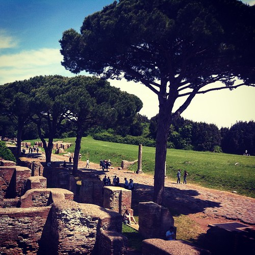 #rome J'ai aussi eu mon shoot de pin parasol à Ostia Antica, l'ancien port de Rome donc pour ceux qui se souviendraient de leur latin. Un dédale de ruines parsemé d'arbres magnifiques. Où nous avons passé 5 heures (sans tout voir!!) aujourd'hui. L'appel d