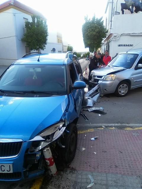 AionSur 26886693666_43aedd3396_z_d Dos accidentes en dos horas en la carretera Arahal/Morón con el resultado de una joven herida leve Sucesos