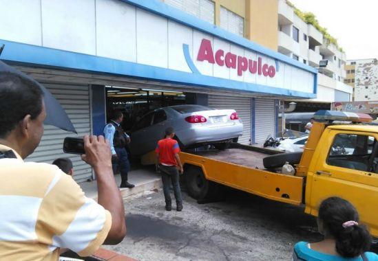 Mujer de 70 años intentó dar reversa en su vehículo y se estrella contra la tienda Acapulco, en Puerto Ordaz
