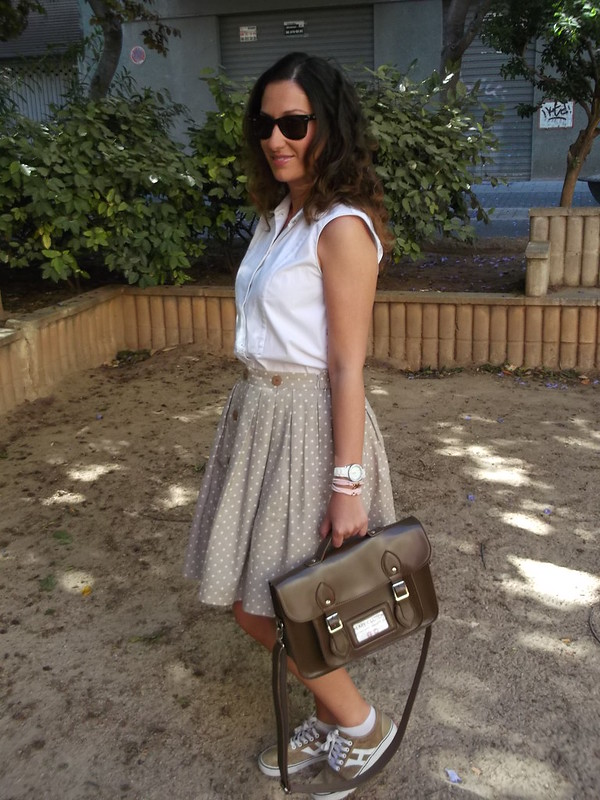 Vintage, falda beige, topitos blancos, años 50, blusa blanca sin mangas, zapatillas beige, bolso satchel marrón, beige skirt white polka dots, 50s, sleeveless white blouse, beige slippers, brown satchel bag, Susi Sweet Dress, Zara, Aliexpress, Ray – Ban, Marea, Lowlita & You