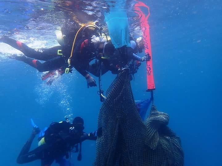 昨(13日)潛水同好下海清除漁網。圖片來源:林祐平。