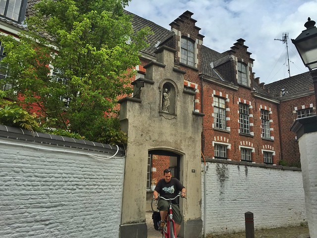 Sele en bicicleta en un beaterio de Gante (Nuestra Señora de Ter Hoyen)
