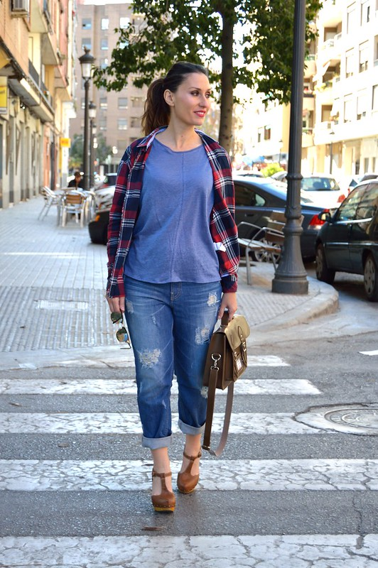 top añil, vaqueros boyfriend, camisa cuadros rojos y azules, zuecos marrones, bolso satchel chocolate, indigo top, boyfriend jeans, shirt red and blue squares, Brown wooden clogs, chocolate satchel bag, Massimo Dutti, Stradivarius, Berskha, Aliexpress, Ray – Ban