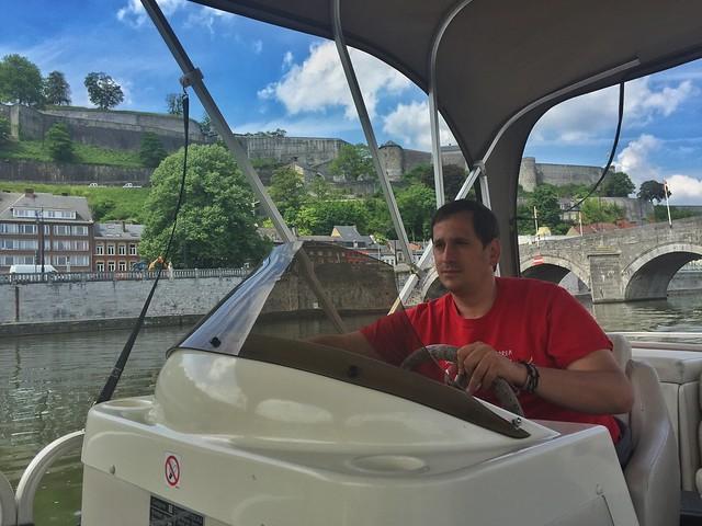 Sele navegando en barco por el río Mosa en Namur (Valonia, Bélgica)