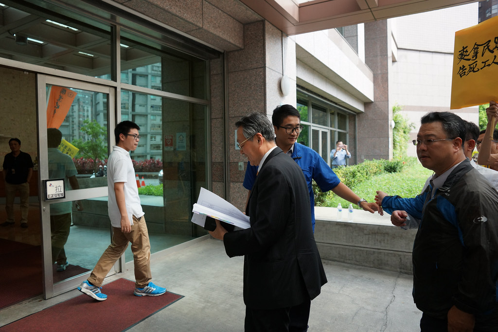 公視董事、宏碁集團創辦人施振榮快步經過抗議現場走入公視大樓,沒有對派遣工案發表意見。(攝影:王顥中)
