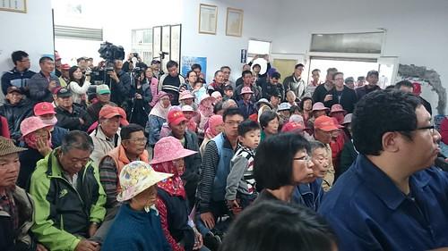 居民領取報告人數踴躍,也聽取詹長權講解研究結果