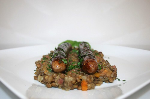 51 - Fried sausages coated with fig balsamic vinegar on lentils / Bratwurst mit Feigen-Balsamico-Glasur auf Linsengemüse  - Seitenansicht 1