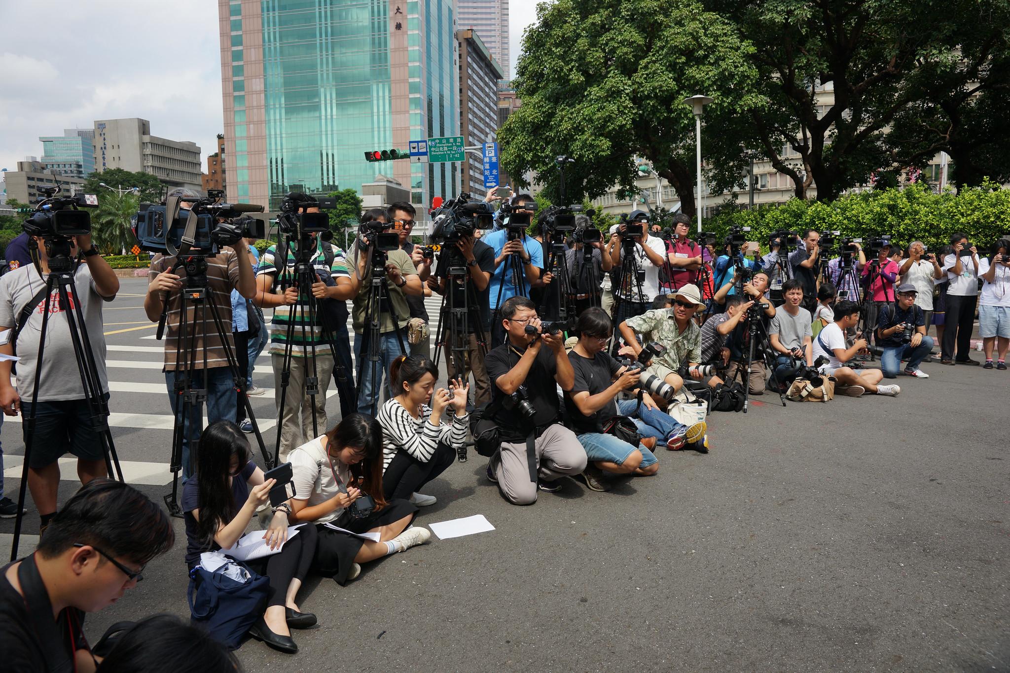 媒體記者能否「七休一」,端看勞動部兩個月後發佈新裁量標準。壹電視工會鄭一平向現場眾家採訪記者喊話,下次站到這邊來(指抗議隊伍)。(攝影:王顥中)
