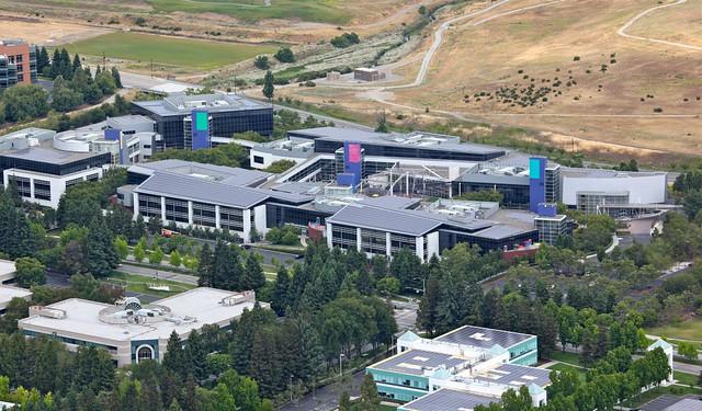 Google在園區自行架設太陽能板,供應用電需求。圖片來源:Steve Jurvetson((CC BY 2.0))