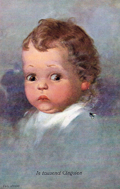 """Diese (schon ziemlich alte) Künstlerpostkarte habe ich heute erhalten. Das Bild heißt """"In tausend Ängsten"""" und zeigt ein Kind, das sich vor einer Stubenfliege fürchtet. Bei diesem Gesichtsausdruck bangt man richtig mit. Bemitleidenswert!"""