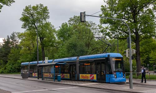 Auf Kurs 01 war heute zum ersten Mal eine Variobahn auf der Linie 17 unterwegs. Hier hat der Zug gerade die Endstation Amalienburgstraße erreicht.