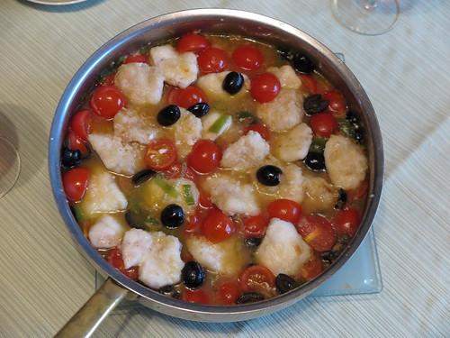 Seeteufelbäckchen in einer Soße mit Oliven und Tomaten