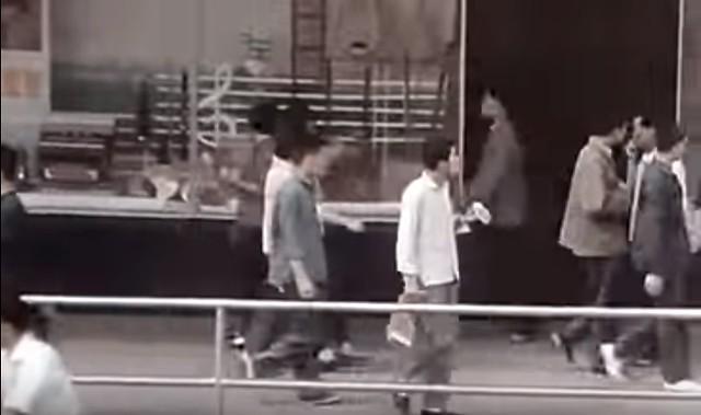 那时候的人行道都有栏杆,聪明的上海人会在上面晒棉花胎