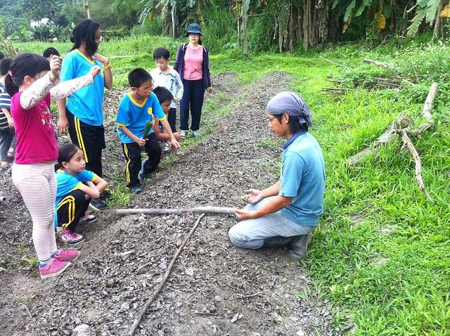 孩子走入田間學習農事。攝影:許靜娟。