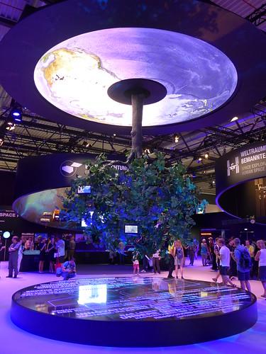 Raumfahrthalle: Baum