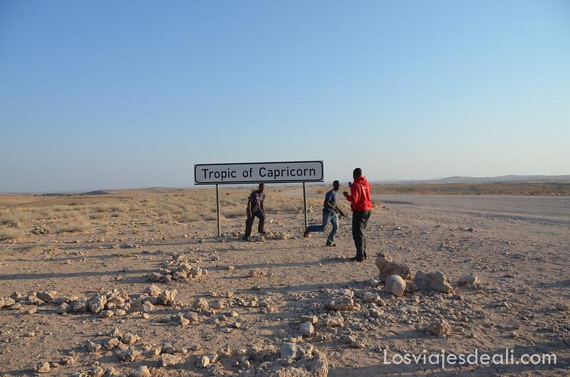 la crew haciéndose fotos con el cartel del trópico de capricornio