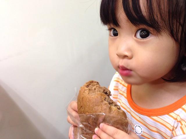 在便利商店吃馬可麵包等老師送藥袋來