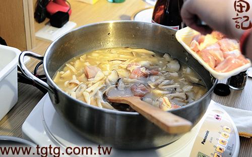 田記鮮雞精-百菇燉飯-放入雞胸肉