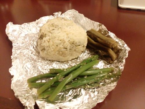 よもぎご飯のおにぎりと高菜の漬物、アスパラの玉葱麹漬け。おいしー!